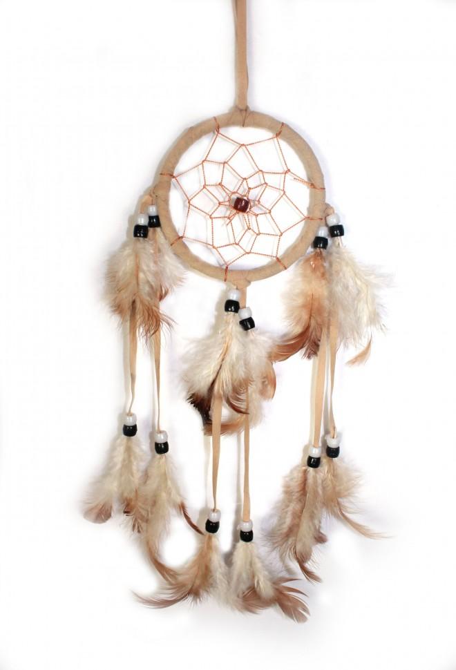 Между нитками помещаются перья, которые свисают, создавая еще больше помех для неугодных снов.